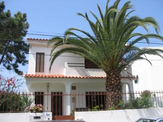 Casa da Palmeira com jardim & BB a 2 km da Praia - Charneca da Caparica vacation rentals