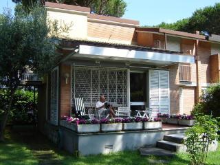 Versilia, LU: Villa con giardino a 1200 m dal mare - Marina Di Pietrasanta vacation rentals