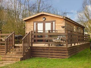 CEDAR LODGE, detached lodge on Tattershall Lakes Country Park, private hot tub, on-site facilities, in Tattershall, Ref 920505 - Tattershall vacation rentals