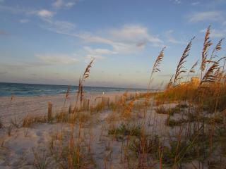 Comfortable, airy cottage near beach, restaurants. - Pensacola Beach vacation rentals