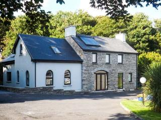 SUNNYSIDE COTTAGE, riverside, two en-suites, WiFi, near Ennistymon, Ref. 919750 - Ennistymon vacation rentals