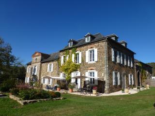 Château de Vèzes   4 gîtes  avec 2 piscines  calme - Aveyron vacation rentals