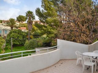 Spacious villa in Le Pradet, French Riviera, with mountain views - just 500m from the Mediterranean - Le Pradet vacation rentals