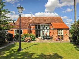 WOODMAN'S BARN, detached, character cottage, en-suite, enclosed garden, shared swimming pool and games room, near Aylsham, Ref 913516 - Aylsham vacation rentals