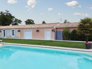 Spacious and elegant country house among the vineyards of Médoc, with pool and vast garden - Soulac-sur-Mer vacation rentals