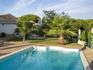 Spacious house in Huelva, on the Costa de la Luz in Spain, with terrace and gorgeous pool - El Portil vacation rentals
