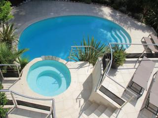 PROMO - Villa 245 m² - piscine & SPA - 12 pers - 10mn des plages - La Gaude vacation rentals