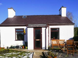 TY NEWYDD CAE HYWEL, detached, open fire, views of Snowdon, near Llanrug, Ref 920317 - Llanrug vacation rentals