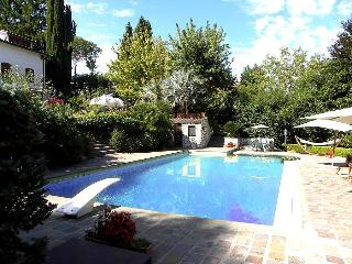 Detached villa with private pool 30 kms from Rome. Heated pool. 6 bedrooms - Morlupo vacation rentals