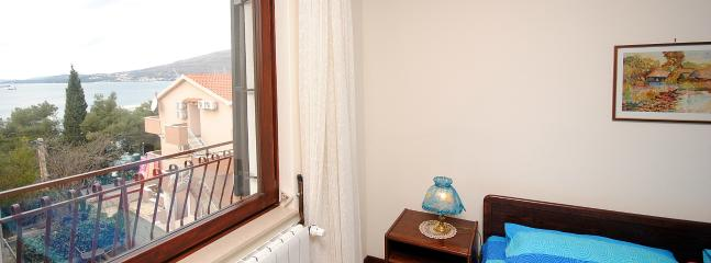 Large apartment for 6 with wifi, parking & BBQ - Okrug Gornji vacation rentals