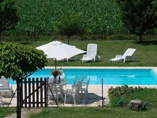Charming Villa in Saint-Genis-de-Saintonge with Satellite Or Cable TV, sleeps 5 - Saint-Genis-de-Saintonge vacation rentals