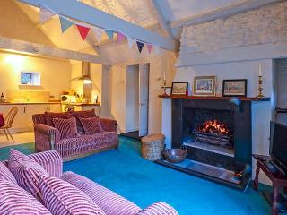 THE AYLESBURY COTTAGE, romantic single-storey cottage with four poster, en-suite, open fire, Hinton Ref 906598 - Dyrham vacation rentals