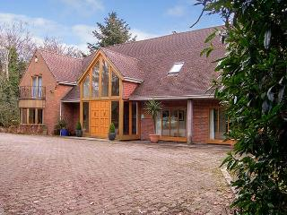 ABBOTS WOOD, detached house in three acres of grounds, indoor swimming pool and bar, near Netley Abbey, Ref 920526 - Netley vacation rentals