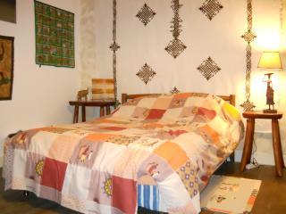 """Chambre meublée """"Afrique"""" 2 à 4 pers (+10e) - Saint-Andre-De-Cubzac vacation rentals"""
