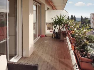 """Le Matisse"" - sleek apartment in Vence on the French Riviera, with terrace, WiFi and sea view - Alpes Maritimes vacation rentals"