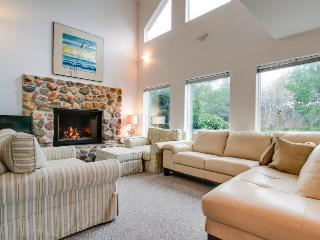 Relaxing home around corner from Siletz Bay! Includes jetted tub & lots of space - Lincoln City vacation rentals