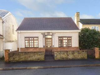 SWN-Y-MOR, detached, pet-friendly, freestanding bath, near beaches, in Pembrey, Ref 917306 - Swansea vacation rentals