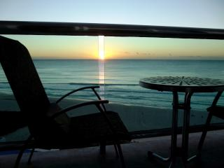 OCEAN DREAM 1 BEDROOM CONDO WITH INCREDIBLE VIEW FROM BALCONY - Cancun vacation rentals