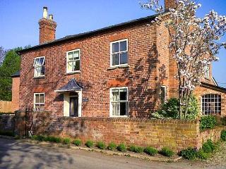 THE OLD POST HOUSE, woodburner, WiFi, Sky TV, en-suites, pet-friendly cottage in Monkland, Ref. 915437 - Ivington vacation rentals