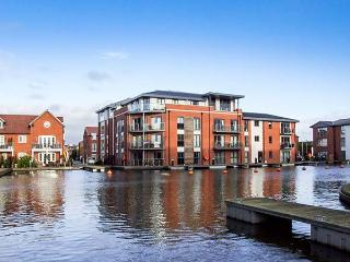 4 RIVER VIEW, apartment with view of canal basin, balcony, walks from door, Stourport-on-Severn Ref 920171 - Stourport on Severn vacation rentals