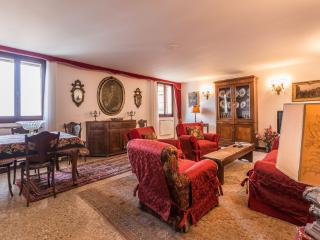 Ca'Lezze - Luxury three bedroom apartment in Cannaregio with large family kitchen and living area - Venice vacation rentals