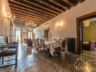 Palazzina Canal - Palazzina Canal is a large apartment with 5 bedrooms that can comfortably host up to10 persons. The apartment  - Venice vacation rentals