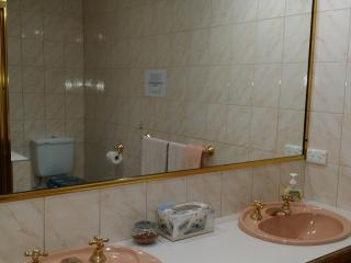 4 bedroom House with Internet Access in Doncaster East - Doncaster East vacation rentals