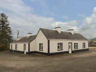 HARRY'S, lawned garden, woodburner, pet-friendly, near Carrick-on-Shannon, Ref - Cortober vacation rentals