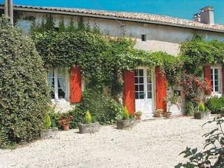 Charming 3 bedroom Gite in Chalais (Charente) with Internet Access - Chalais (Charente) vacation rentals
