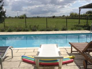 Beautiful 4 bedroom Barbezieux-Saint-Hilaire Barn with Internet Access - Barbezieux-Saint-Hilaire vacation rentals