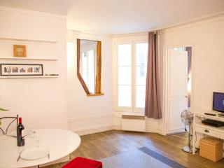 Quartier Montorgueil in Paris 2nd District. Cozy 1 Bedroom in beautiful central location. - 2nd Arrondissement Bourse vacation rentals