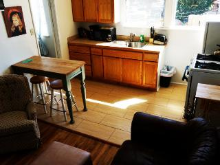 (A) 2 Bdrm Apt in the Heart of SB. Walk everywhere - Santa Barbara vacation rentals