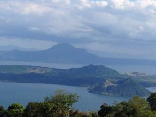 A Million Dollar Taal Lakefront View -Tagaytay SM - Laurel vacation rentals