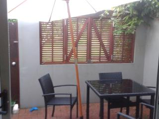 Studio Apt + Courtyard. Furnished. Bills Included - Auckland vacation rentals