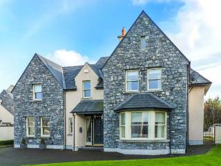 DUN RI, Sky TV, WiFi, open fire, stylish, en-suites, great touring base in Buratty, Ref. 920184 - Bunratty vacation rentals