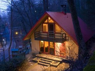 3BR Downtown Gatlinburg Chalet w/ Pool Table, Hot Tub, Yard, Fire Pit & More! - Gatlinburg vacation rentals