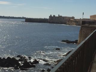 Elegante Dammuso di fronte mare - Syracuse vacation rentals