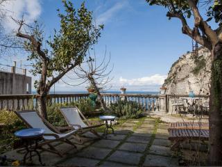 Amaca, immersed in a green garden between lemon and orange trees - Meta vacation rentals