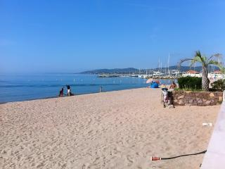 Sunny apartment in Fréjus, on the French Riviera, with terrace - 150m from the beach! - frejus vacation rentals