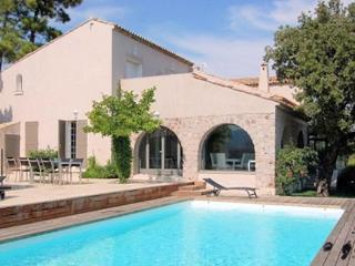 Villa C, Spacious Rental with Large Terrace, 5 Minutes to Beach! - Saint-Aygulf vacation rentals