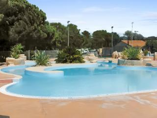 In Provençe, in Oasis Village resort, idyllic bungalow with air cond and access to 4 pools and activities - Puget-sur-Argens vacation rentals