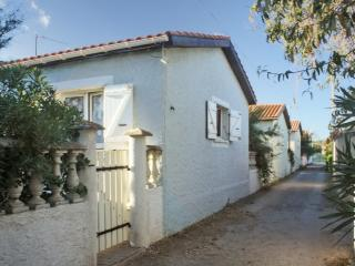 Minutes from the beach in Sète, 2-bedroom villa with terrace - Frontignan vacation rentals