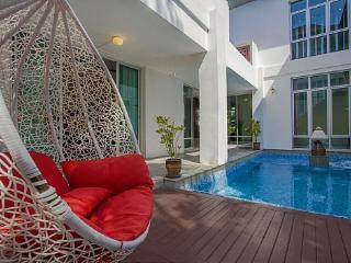 Jomtien Waree 7 - 5 Bed - Luxury Villa Near the Beach - Jomtien Beach vacation rentals