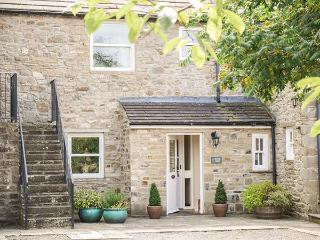 1 MANOR BARN, stone-built barn conversion, woodburner, WiFi, parking, garden, in Carperby, Ref 917882 - Carperby vacation rentals