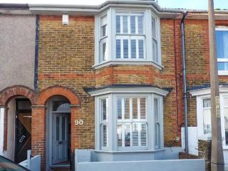 90 REGENT STREET, stylish terraced cottage, enclosed garden, close beach & harbour, Whitstable Ref 920619 - Whitstable vacation rentals