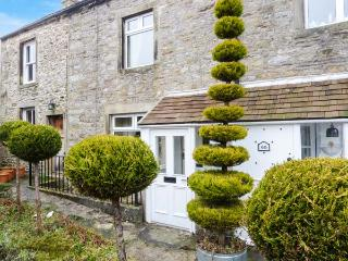 MANNA COTTAGE, terraced cottage in village centre, close pubs and shops, walks, Grassington Ref 921221 - Grassington vacation rentals