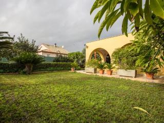 Bright 4 bedroom Cassibile Villa with Deck - Cassibile vacation rentals