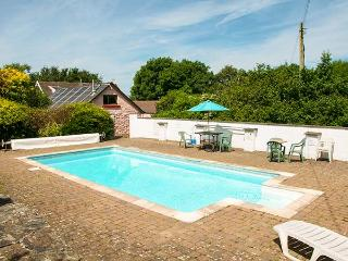 THE BYRE, family-friendly, woodburner, WiFi, pet-friendly, shared swimming pool, near Cardigan, Ref 920384 - Cardigan vacation rentals