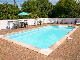 THE SHIPPEN, family-friendly, over two floors, woodburner, shared outdoor heated swimming pool, near Cardigan, Ref 920386 - Cardigan vacation rentals