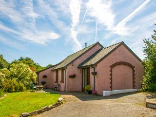 TY COED, single-storey, woodburner, hot tub, family-friendly, near Cardigan, Ref 920385 - Ceredigion vacation rentals